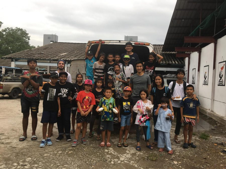 AIESEC+volunteers+with+the+kids+of+Khlong+Toey+in+Thailand