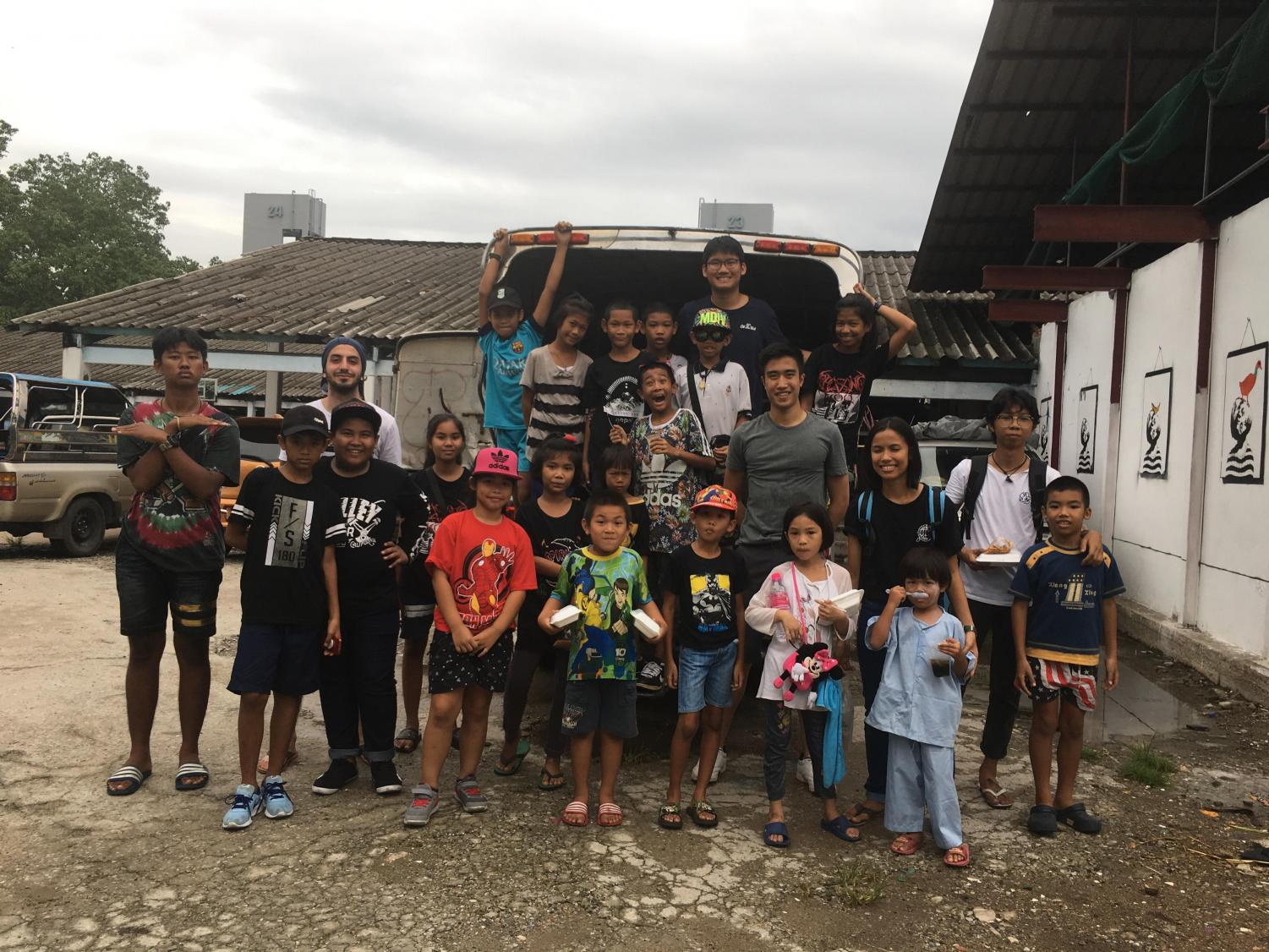AIESEC volunteers with the kids of Khlong Toey in Thailand